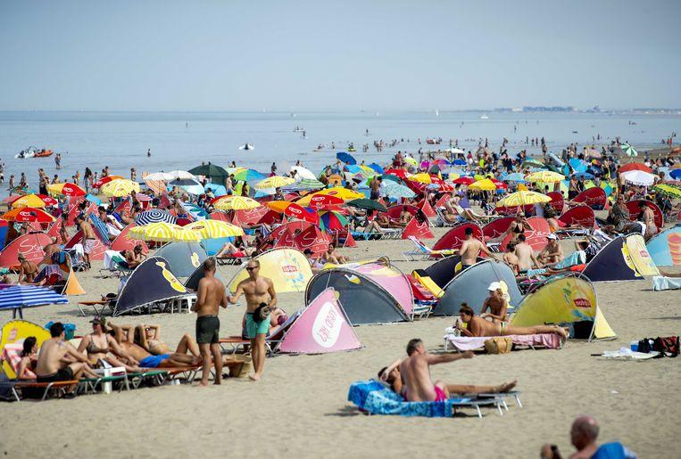 Strandgangers tijdens de hittegolf in Nederland van twee weken geleden. Beeld ANP