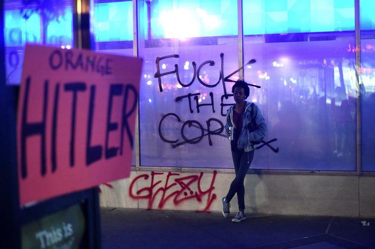 Een bord met de tekst 'Orange Hitler', verwijzend naar Trump, in Oakland. Beeld reuters