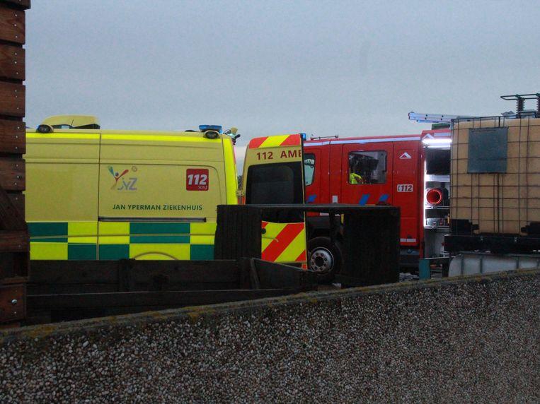 De brandweer en een ziekenwagen van het Jan Yperman ziekenhuis kwamen ter plaatse.