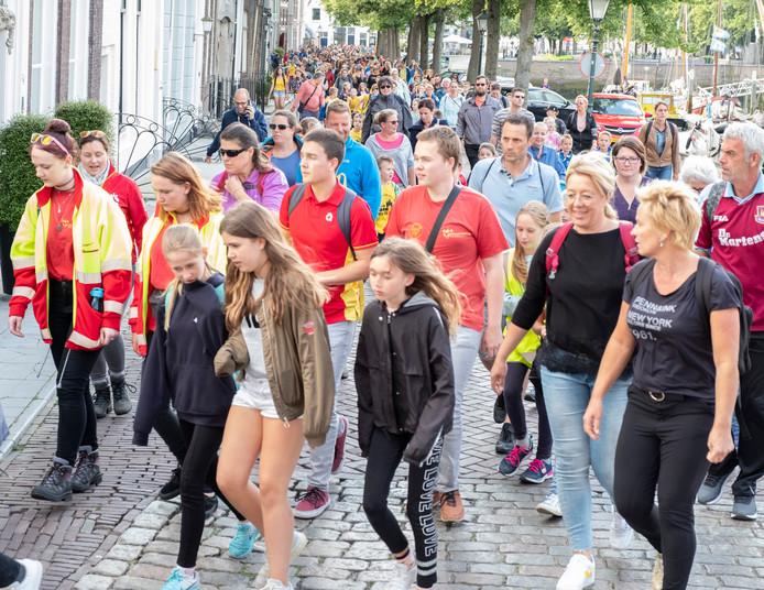 Ruim 400 wandelaars hebben zich ingeschreven voor de 73e avondvierdaagse in Zierikzee, meer dan het dubbele aantal ging dinsdagavond van start.