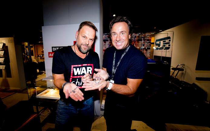 Goudsmid Bas Verdonk werkte samen met Marco Borsato aan de armband voor WarChild. Zaterdag is hij in Sleeuwijk om te vertellen over het armbandje en War Child.