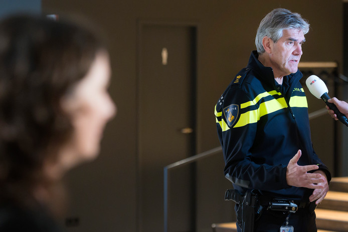 Burgemeester Femke Halsema van Amsterdam (L) en korpschef Frank Paauw (r).