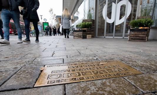 Op de plek waar Olof Palme werd neergeschoten, ligt een gedenkplaat.