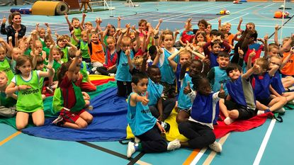 Kleuters spelen met De Speelvogel in sporthal Sportoase Elshout