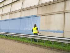 Kunstenaar maakt begin aan 250 meter lang kunstwerk op geluidswal langs A15