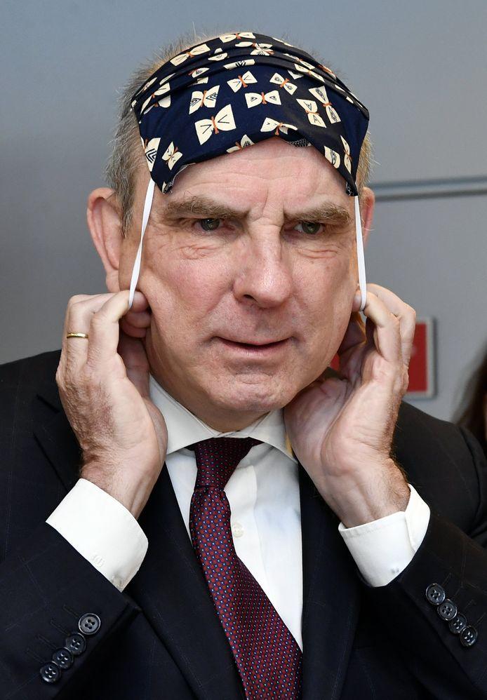 Vicepremier Koen Geens in de weer met mondkapje.