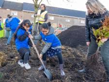 Rusul en Ziyanah planten bomen op hun schoolplein. 'Dat is belangrijk voor de natuur'