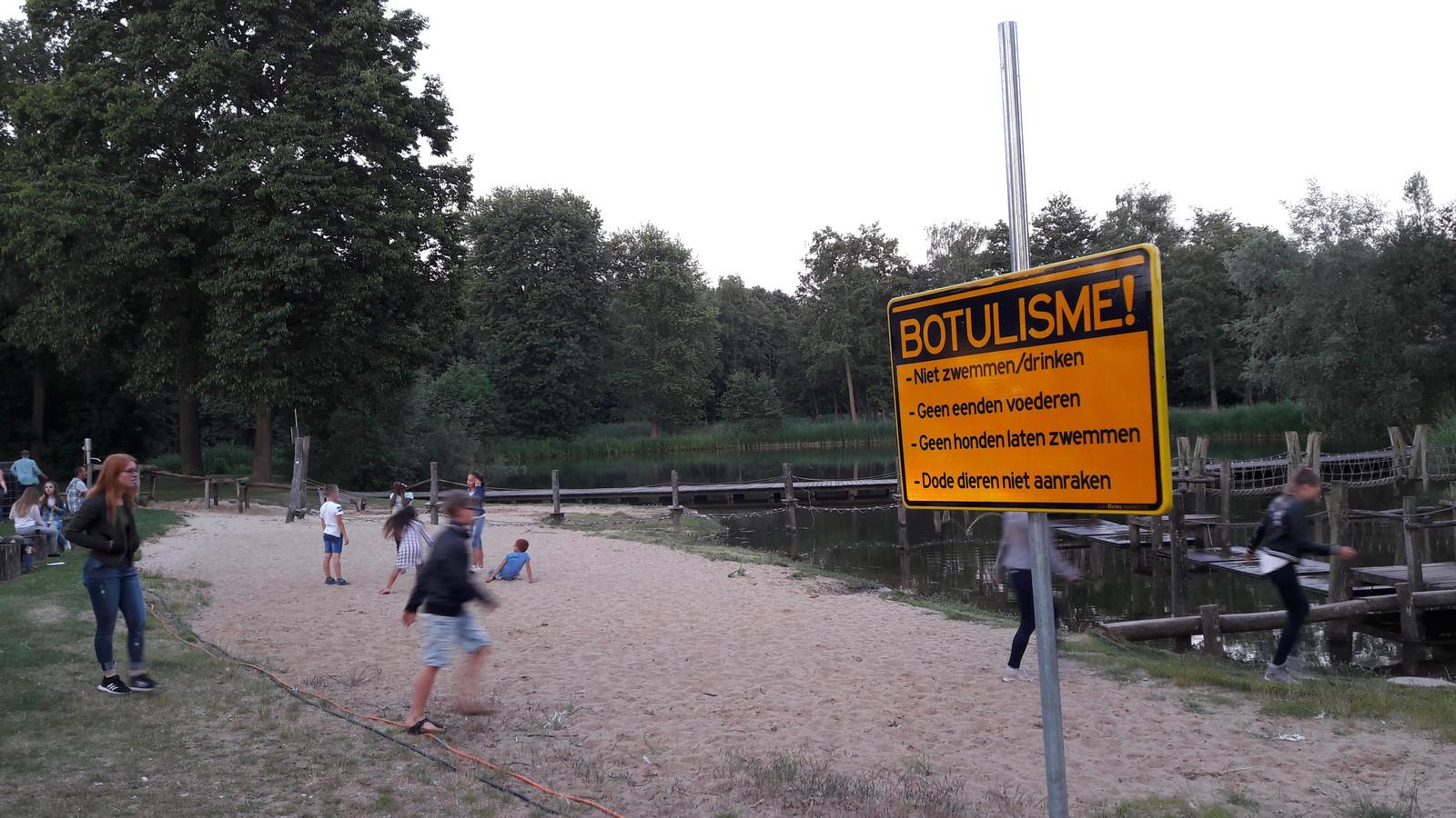 Borden waarschuwen in stadsdeel Lindenholt tegen botulisme.
