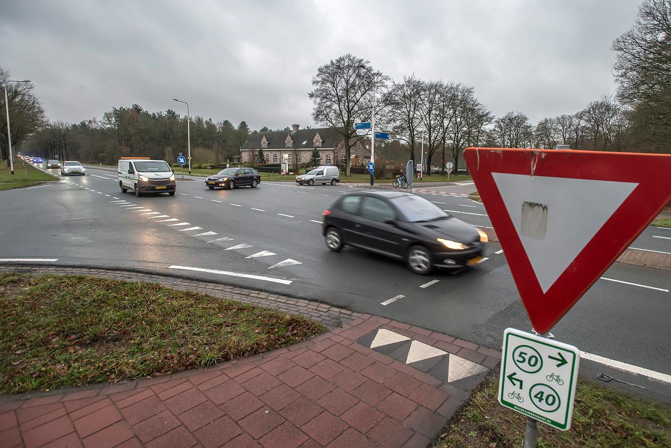De kruising van de Vijf Eikenweg en de Ketenbaan is al jaren onderwerp van discussie vanwege de vele ernstige ongelukken. Nu ligt er een plan om de gevaarlijke situatie aan te pakken.