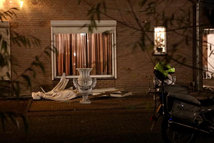 Het huis aan Den Dries na de inval van vrijdagavond.
