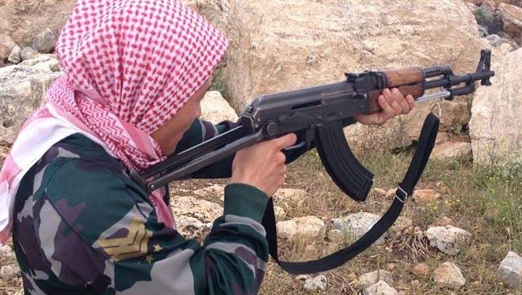 Een buitenlandse strijder, naar eigen zeggen afkomstig uit Denemarken, poseert voor een foto in een trainingskamp van het rebellenleger tussen Idlib en Aleppo, vorig jaar mei. Beeld AP