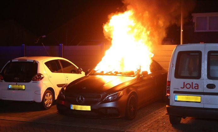 Een Mercedes ging in de nacht van maandag op dinsdag in vlammen op in Alem.