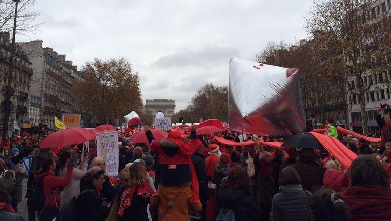 De 'rode draad' van demonstranten door Parijs Beeld Volkskrant