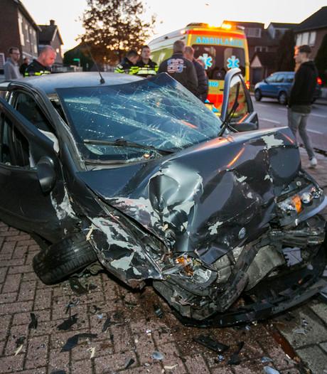 Auto over de kop na aanrijding met geparkeerde wagen
