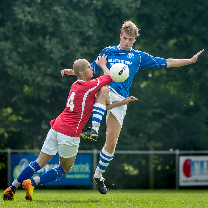 Khalid Chahboune (links) in actie namens Grolse Boys.