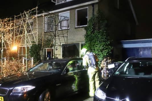 Een buurtbewoner zag twee jongens wegrennen na harde knallen, en vermoedt dat het om benzinebommen ging die naar binnen zijn gegooid. Ook is een ruit van een auto op de oprit ingetikt.