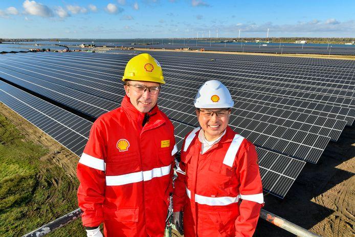 Zonnepark Shell Moerdijk, general manager Richard Zwinkels (links) en manager zonnepark Roberto Jiminez.