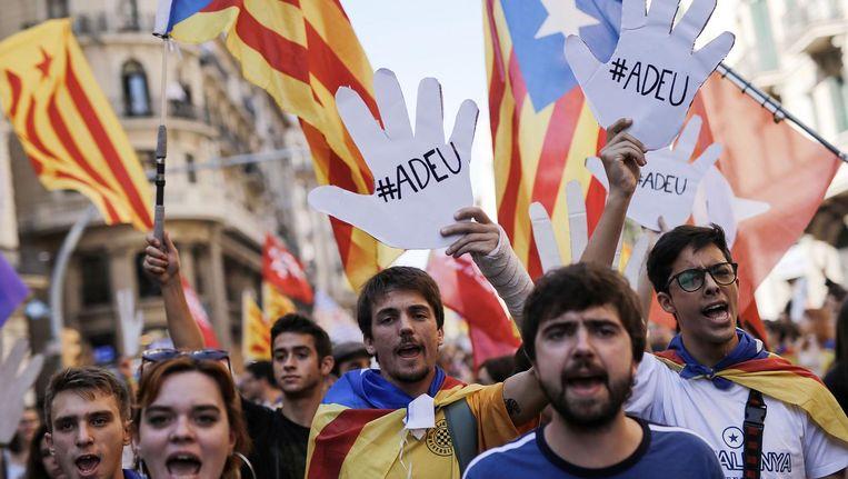 Demonstranten gisteren in Barcelona. Ze zeggen Spanje 'adieu'. Beeld afp