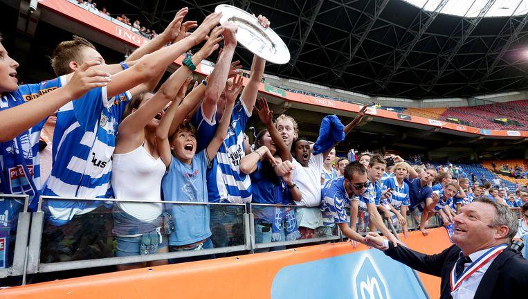 3 augustus 2014, fans van PEC Zwolle zwaaien trots met de Johan Cruijff-schaal, nadat Ajax in de eigen Arena is verslagen. Beeld VI IMAGES / Eric Verhoeven
