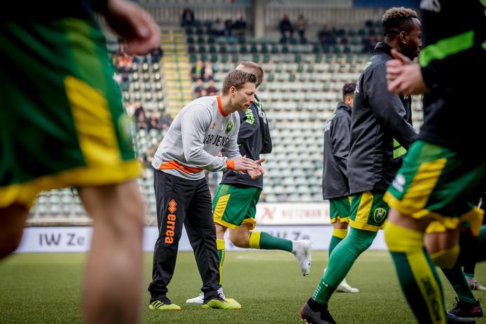 """John Nieuwenburg spoort de selectie van ADO Den Haag aan tijdens een loopoefening op de training. ,,Ik zeg vaak tegen ze: 'Je loopt meer dan dat je een bal raakt.'"""""""