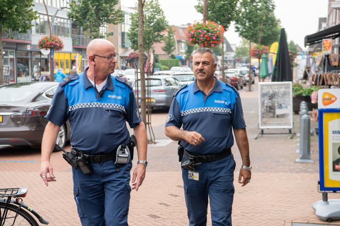 De bijzondere opsporingsambtenaren (BOA's) Henk (l) en Kermuddin lopen door Dedemsvaart.
