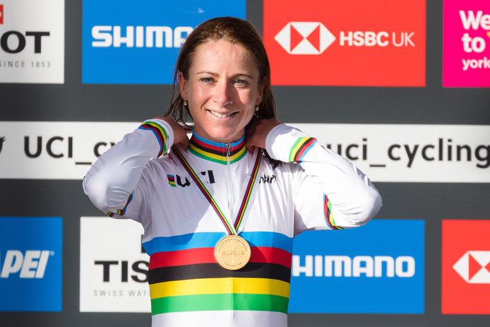 Annemiek van Vleuten met medaille en in regenboogtrui na haar solo op het WK in Yorkshire.
