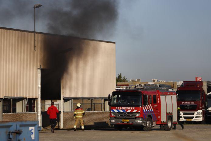 De brandende pallet zorgde voor een flinke rookwolk.