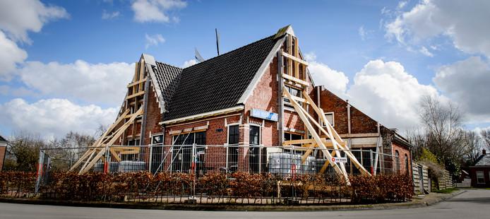 Een gebouw is verstevigd met balken na eerdere aardbevingsschade die is ontstaan door de gaswinning van de NAM in het gebied.