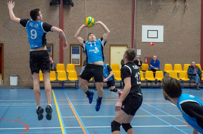 Thomas van Alem passt de bal namens Volt.