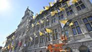 92 vlaggen Ronde van Vlaanderen sieren Antwerps stadhuis