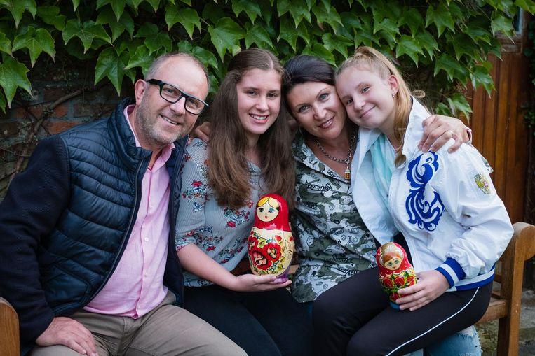 De zussen Sofia (15) en Paulina (12) zijn weer bij papa Michel en mama Elena.
