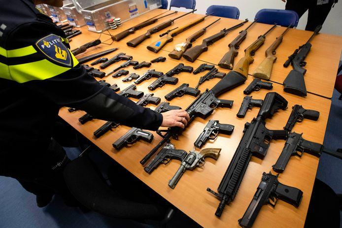 Wapens die zijn ingeleverd tijdens de wapeninleveractie 'Wapens de wijk uit' van de Rotterdamse politie en Openbaar Ministerie.