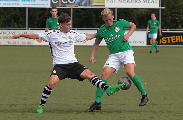 Het Heino van Luck van der Burg (rechts) won nipt van het Schalkhaar van Joost Brouwer (links): 2-1.