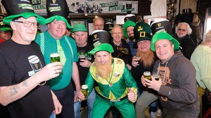 Bier kleurt groen op Saint Patrick's Day