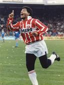 Juichend met karakteristieke maillot (koud in Nederland) na één van zijn vele goals in Eindhovense dienst.