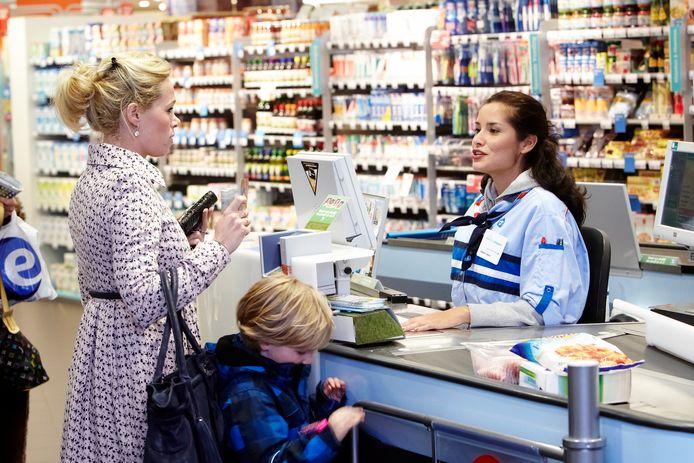 Veel sectoren waarin het personeel het minimumloon of net iets meer verdient, zoals supermarkten en restaurants, zijn lokaal gericht. Zij zullen bij een hoger loon daarom niet snel medewerkers ontslaan, stelt het CPB. ,,Het werk moet toch gedaan worden.''