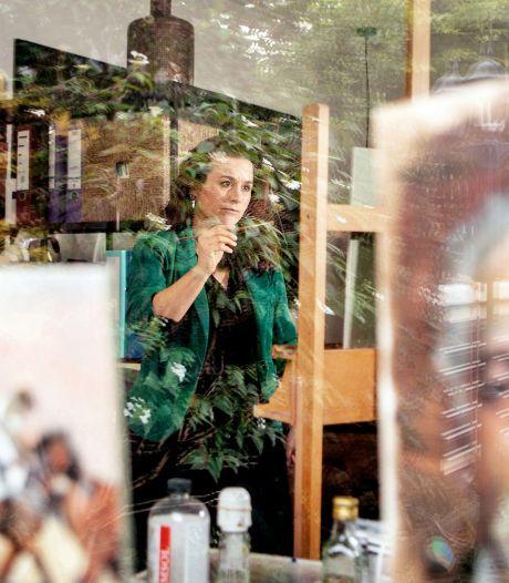 Mirelle uit Deest schildert Eva Jinek in Sterren op het Doek: 'Gilletje van blijdschap'