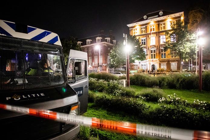 Een man (34) blijkt niet één, maar drie zelfgemaakte explosieven te hebben gegooid naar het Turks consulaat in Amsterdam.