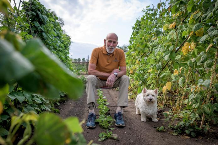 Elke ochtend wandelt Ab Weinreder met hond Mica en werkt daarna in zijn moestuin.