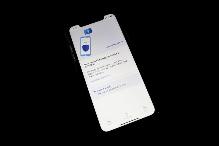 De Singaporese app TraceTogether werkt wel op Android-telefoons, maar niet op iPhones. Beeld REUTERS