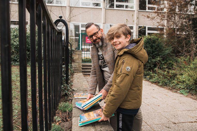 Torre Bullen komt samen met zijn papa zijn boeken halen.