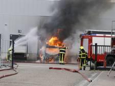 Vrachtwagen brandt uit bij distributiecentrum Jan Linders in Nieuw Bergen