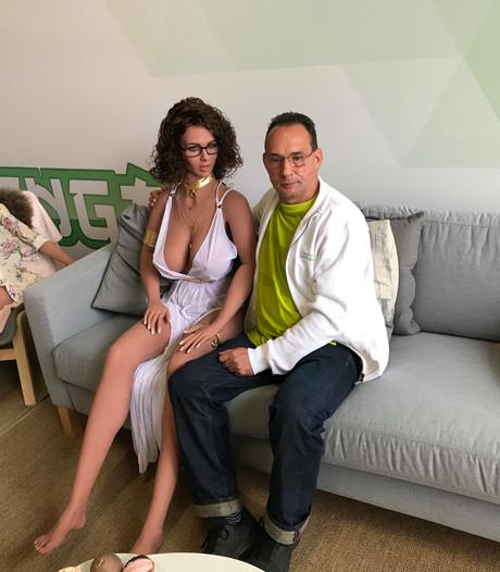 Mike (52) doet het met een sekspop