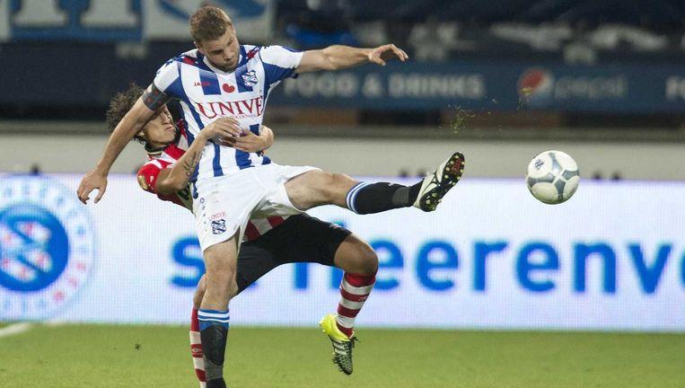 PSV-speler Andres Guardado in duel met Joey van den Berg van SC Heerenveen. Beeld anp
