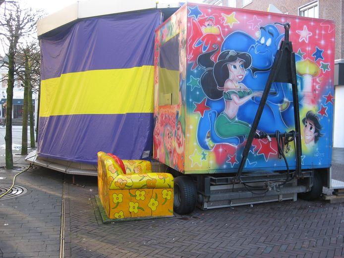 Het liefdesbankje van kunstenares Guusje Beverdam raakt regelmatig in de verdrukking, zoals bij de kermis (foto). Onlangs is het bankje zwaar beschadigd door een vrachtwagen.