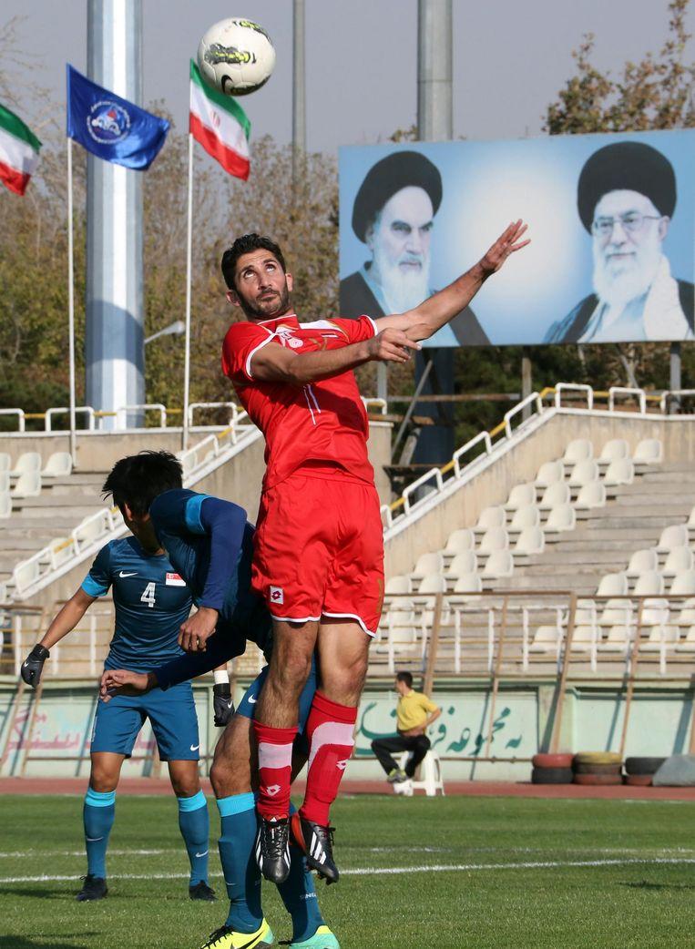 Teheran, 2013. Sanharib Malki wint een kopduel tijdens Syrië - Singapore (4-0) voor de Azië Cup. Beeld afp