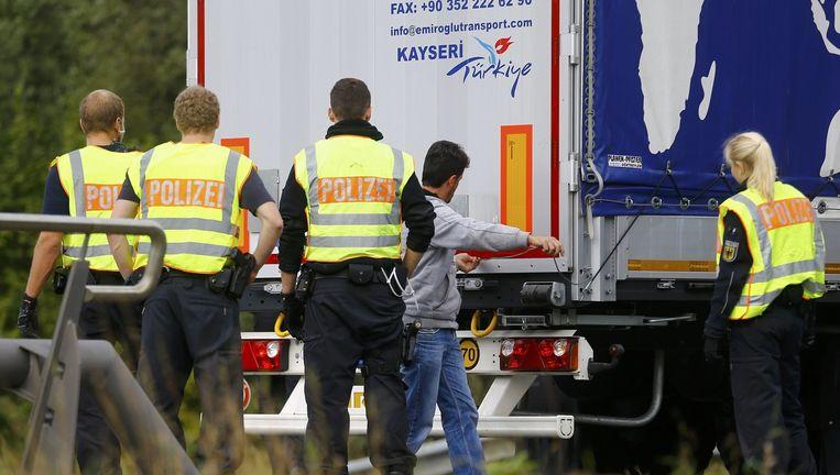 De Duitse politie inspecteert een vrachtwagen. Beeld reuters