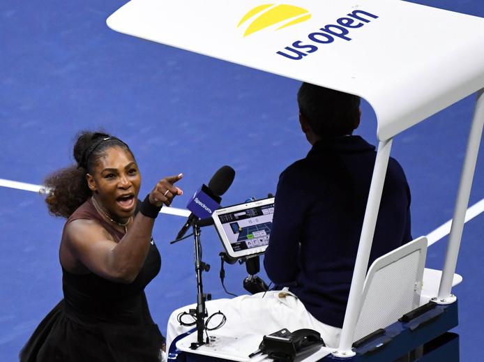Serena Williams gaat tekeer tegen de scheidsrechter.