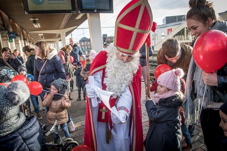 Het is een jaarlijkse traditie in Lichtervelde: de Sint begroet de kindjes op het perron in Lichtervelde.