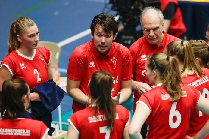 Ivo Munter, coach van Laudame Financials VCN, probeert bij te sturen tijdens de bekerfinale.